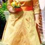 Süßes Brautkleid aus Karamell-farbener Dupion-Seide mit orangefarbener Posamentenbordüre verziert