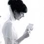 Schmales, romantisches Brautkleid aus Seidenchiffon und blumenbestickter Spitze