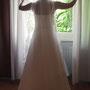 Brautkleid aus indischer Seide mit eingearbeiteter Korsage zum Schnüren, dazu Handstulpen aus feinem bestickten Tüll