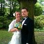 Seidenes, tailliertes Brautkleid mit Seidenchiffon-Stola