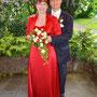 Brautkleid - Kombination aus Cocktailkleid, langem Rock mit Schlitz und Bolerojäckchen aus leuchtend rotem Stretch-Seiden-Satin und romantischer Spitze