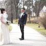 Romantisches Brautkleid aus cremefarbenem, drapierten Seidenchiffon verziert mit einem dezenten Perlenband