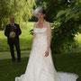 Detailreiches Brautkleid aus Seiden-Duchesse-Satin, langer Schleppe, Spitzenärmeln und gestärktem Kragen