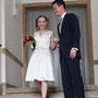 kurzes Brautkleid aus Satin, mit tiefem Ausschnitt vorne und hinten - Copyright: Laura Tran/hochzeitslicht http://www.hochzeitslicht.de