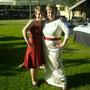 Seidenes Brautkleid mit tiefroten Accessoires und floraler Bestickung im Elfenbeinton