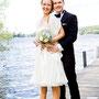 Schulterfreies, kurzes Brautkleid aus festem Seiden-Duchesse-Satin und schwingenden Seidenchiffon