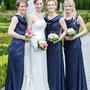 Elegantes Brautkleid mit eingearbeiteter Korsage und angeknöpfter Schleppe aus Seidenorganza, Foto by Jan Pirgl
