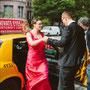 Asymmetrisch drapiertes Brautkleid aus knalligem, pink und rot changierenden Seidentaft