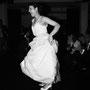 Verspieltes Brautkleid aus edlem Duchesse-Seidensatin und Spitze, darüber fließender, leichter Seidenchiffon mit Details aus zartem, hellblauen Seidenchiffon.