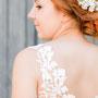 Zuckersüßes Brautkleid aus Seiden-Crépe-Georgette mit edler Guipure-Spitze über den Schultern. Fotografin Mateja Müller www.mateja-mueller.de
