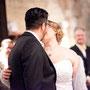 Winter-Brautkleid aus schwerem Duchesse-Satin mit eingearbeiteter Korsage mit Schnürung und Drapierungen und vielen kleinen Glitzersteinchen © www.anjaschneemann.com