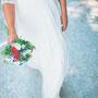 Brautkleid aus Baumwollspitze und fließendem Seidenchiffon © Fotos: anijaschlichenmaier.com