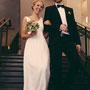 Luftig leichtes Brautkleid aus fließendem Seidensatin, Seidenchiffon und Spitze, tiefer Rückenausschnitt mit dekorativer Knopfleiste