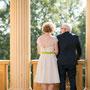 Süßes Brautkleid aus besticktem Pünktchen-Seidenorganza mit Taillenbündchen aus apfelgrünem Seidenorganza. Passendes Haarteil aus Seide und Tüll und extra im Grünton eingefärbte Brautschuhe