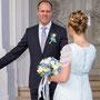 Brautkleid aus zartem, blauen Seidenchiffon mit Chiffonblüten in Taille und Frisur