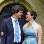 Glockig schwingendes Brautkleid aus blau-gelb changierendem Seiden-Taft mit Details aus Metallic-Organza, dazu ein Loop aus Seiden-Organza