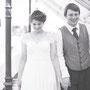 Süßes, leichtes Brautkleid aus Seidencrépe und Seiden-Crépe-Georgette, mit weicher Spitze über den Schultern