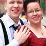Süßes Brautkleid aus leuchtend roter Orissa-Seide mit schwarzen Details.