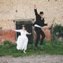 Wadenlanges, romantisches Brautkleid aus strahlendem, weißen Seidentaft und verspielter Guipure-Spitze, Haarreif aus Seidentaft mit Schleifchen