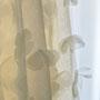 Romantisches Brautkleid aus üppigem, drapierten Seidentüll mit vielen zarten Seiden-Organza-Blüten © paulliebtpaula.de