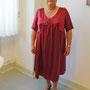 Brautkleid aus rotem Seiden-Stretch-Satin mit schlichtem Detail am Ausschnitt