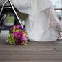 Luftiges Brautkleid aus Seidensatin und Seidenchiffon mit einem Taillenbündchen aus grünem Seidensatin mit Blütenstickereien überzogen. Dazu ein klassischer Bolero aus Stretch-Seidensatin