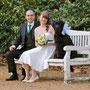 Zartes Brautkleid aus leicht glänzendem Seiden-Chiffon mit Petrol-blauem Satin und romantischer Spitze.