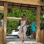 Luftiges Strand-Brautkleid aus Seiden-Crépe und -Chiffon in mehreren Lagen übereinander