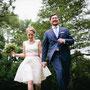 Kurzes Brautkleid aus mit Punkten besticktem Seiden-Organza und Details aus rosa Dupionseide, zartrosa Tüllborte am Saum © Anja Birkner