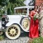 Brautkleid aus rotem Stretch-Seidensatin mit raffiniert verspielter Spitze