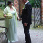 Romantisches Brautkleid aus apfelgrünem Stretch-Seiden-Satin und darüber drapiertem, elfenbeinfarbenem Chiffon. Dazu passend eine frische, grüne Seidenstola