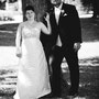 Asymmetrisch geschnittenes Brautkleid aus Dupion-Seide mit edler, schwarz akzentuierter Spitze