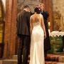 Raffiniert drapiertes Brautkleid mit tiefem Rückenausschnitt aus elfenbeinfarbenem, schwerem Seidensatin, Fotos copyright by www.ideazione.de