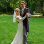 Figurbetontes Brautkleid in mit Schleppe und drapiertem Ausschnitt aus Seiden-Stretch-Satin mit passenden, mit Seidensatin bezogenen Knöpfchen