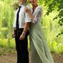 Brautkleid aus Silber glänzendem Seidensatin mit kleiner Schleppe. Das weiche Oberteil ist mit einer weißen, mit Perlen bestickten, Spitze überzogen. Dazu passend haben wir einen Brautbeutel genäht.