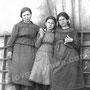 В середине К. Н. Монахова, ее подруги Пугачевы Анна и Елена. 15.06.1919 г.