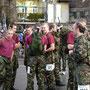 Eine Gruppe von ausländischen Soldaten vor dem Start ...