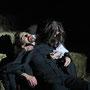 Mina (Carolin Olbricht) beweint Dracula's (Holger Schlosser) Tod | Foto: augen[werk]