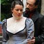 Dracula (Holger Schlosser) zieht Mina (Carolin Olbricht) in seinen Bann | Foto: Jürgen Meyer