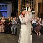 Don Camillo (Sascha Diener) betrachtet das junge Ehepaar Mariolino (Timon Streicher) und Gina (Manuela Hansow) | Foto: U. Pacher