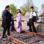 Passepartout (Sascha Diener), Phileas Fogg (Holger Schlosser), Aouda (Claudia Sieger) und Inspektor Fix (Ulrich Heck) haben den Zug verpasst | Foto: NTR