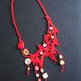 "collana in macramè ""Grazia"" - Materiale: cotone e perle in ceramica e vetro."