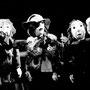 Der Spiegelverkäufer umringt vom Volk, Stabfiguren von Esther Meier-Ringger