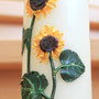 Hochzeitskerze mit Sonnenblumen aus Wachs geformt
