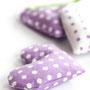 Stoffherzen mit duftendem Lavendel gefüllt