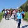Gründonnerstagwanderung mit jugendlichen Kreuzträger