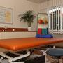 Behandlungsraum mit Spezialliege für neurologische Behandlungen.