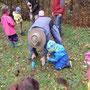 Mit etwas Hilfe von den Erwachsenen wurden die aus Saat vorgezogenen Wiesenblumen ausgepflanzt.