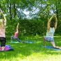 Bei schönem Wetter Yoga auf der Wiese im Augsburger Stadtpark.