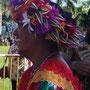 Viele tragen den typischen bunten Kopfschmuck